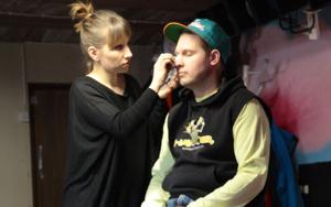 Uusi osaaja astuu Pisarateatterin remmiin – Meikkitaiteilija HeliMäkisalo